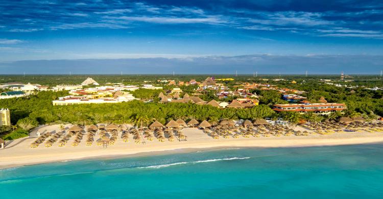playa de Riviera Maya de día con mar azul