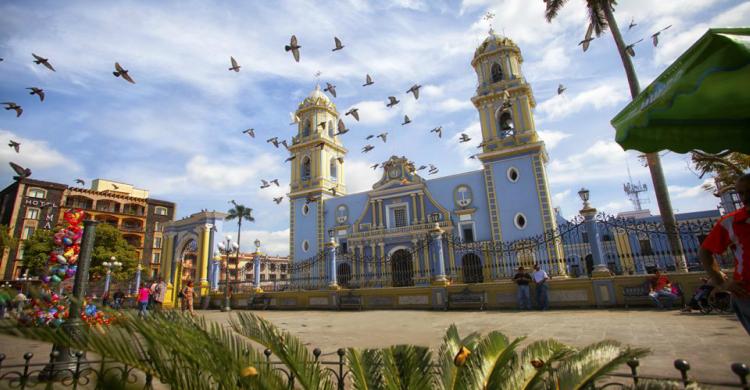 Iglesia azul de Córdoba con aves de día