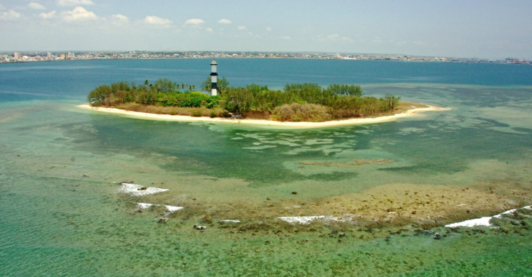 Isla de Cancuncito de día con mar turquesa
