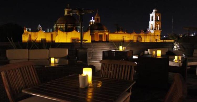 Terraza La Grupa de noche con vista a la catedral