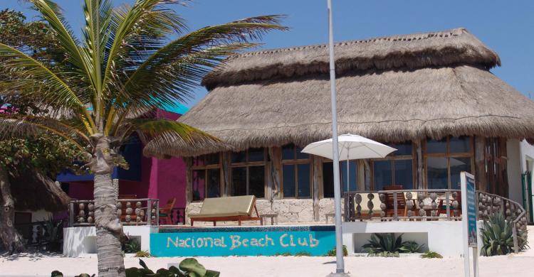 Cabaña de hospedaje en Mahahual de día con cielo azul